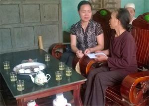 Đại diện Hội Nông dân tỉnh thăm hỏi gia đình nạn nhân.