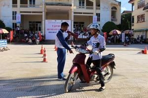 Hướng dẫn viên lái xe an toàn của Hoanda Việt Nam hướng dẫn sinh viên thực hành kỹ năng phanh an toàn.