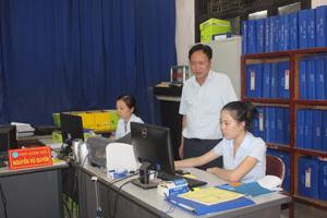 Cán bộ BHXH huyện Yên Thủy đẩy mạnh ứng dụng CNTT trong giải quyết các chế độ chính sách về BHXH, BHYT.