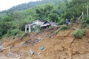 Trận mưa lũ ngày 17 - 18/9 khiến bể nước của gia đình bà Hà Thị Hiền (xóm Máy 1, xã Hòa Bình (TPHB) bị sạt xuống đường.