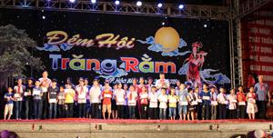 Các đồng chí Trần Đăng Ninh, Phó Bí thư TT Tỉnh ủy; Bùi Văn Cửu, Phó Chủ tịch TT UBND tỉnh và đại diện lãnh đạo UBMTTQ tỉnh trao 50 suất quà các em học sinh vượt khó học tốt trên địa bàn.