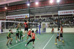 Trận đấu giữa 2 đội Quân khu 4 (áo đỏ) gặp Tràng An Ninh Bình (áo xanh) ở vòng tứ kết.