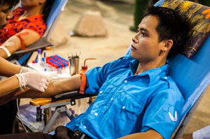 ĐV-TN huyện Tân Lạc tham gia hiến máu tình nguyện.