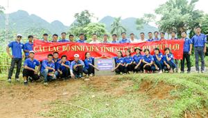 Đội SVTN của trường Đại học Thủy Lợi bàn giao công trình thanh niên tại huyện Tân Lạc.
