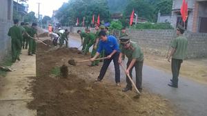 """Thực hiện chương trình tình nguyện """"Hành quân xanh"""", ĐV-TN Công an huyện Kim Bôi tham gia san lấp 1.000 m đường tại thôn Rường, xã Trung Bì."""