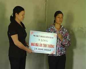 LĐLĐ huyện Yên Thủy phối hợp với Tổng Công ty Sông Đà tặng nhà mái ấm tình thương cho công đoàn viên khó khăn.