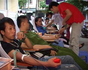 Cán bộ, công chức, ĐV-TN các cơ quan, đơn vị của thành phố Hòa Bình tham gia hiến máu tình nguyện do Hội CTĐ thành phố phát động.