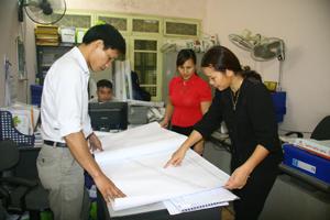 Cán bộ Phòng TN&MT huyện Lạc Thủy tăng cường công tác quy hoạch, quản lý đất đai nông - lâm trường sau chuyển đổi.