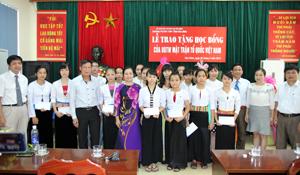 Đồng chí Bùi Thị Thanh, Phó Chủ tịch UBT.Ư MTTQ Việt Nam trao học bổng cho các em học sinh.
