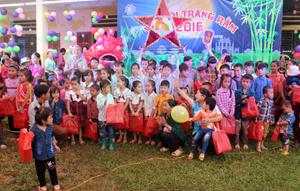 Lãnh đạo Cty CP du lịch Hòa Bình tặng quà trung thu cho các em nhỏ xóm Ngòi, xã Ngòi Hoa(Tân Lạc).