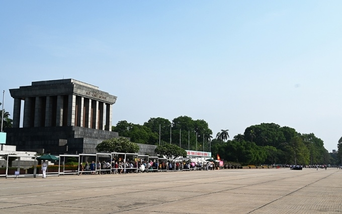 Right from the morning, numerous delegations of visitors queue up in front of the President Ho Chi Minh Mausoleum.